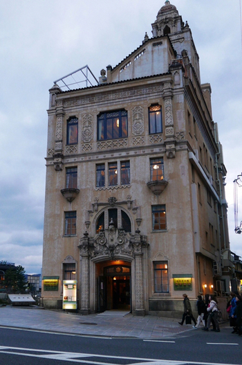 四条大橋西詰の鴨川河畔に佇む「東華菜館(とうかさいかん)」。  スパニッシュ・バロック様式の装飾が美しく見どころいっぱいのこのビルは、「山の上ホテル」で有名なウィリアム・メレル・ヴォーリズの設計。大正15年に建設されました。  現在では国の登録有形文化財に指定されています。
