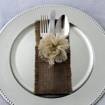 みんなで囲むテーブルにアクセントを入れたいときにもバーラップはおすすめです。自然の色合いが全体の雰囲気を優しいものにしてくれます。