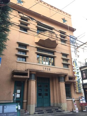 河原町三条~烏丸三条にかけてはレトロビルがたくさんあり、特別な目的地を目指さなくても、プラプラいろんなお店に立ち寄りながらレトロな空気を味わうことができます。  御幸町三条角に佇む「1928ビル(いちきゅうにーはちビル)」は、大阪毎日新聞社の社屋として、その名の通り1928年に竣工されたビルです。  アール・デコ様式を取り入れつつ、社章である星モチーフもちりばめられているという、さりげないおしゃれが光るデザイン。