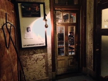 1~3階はギャラリーや劇場などがあり、アート・カルチャーの発信地として大きな役割を果たしています。なかでも着物でぜひ訪れてほしいのが、地階にある「カフェ アンデパンダン(Café Indépendant)」。  階段を下りるにつれて、別世界の空気が漂ってきます。こちらが、カフェの入り口。