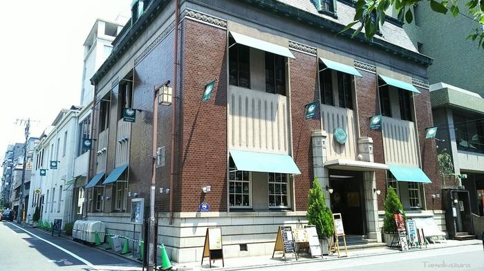 中心街の三条烏丸通りを西に入ったところにある、「文椿ビルヂング(ふみつばきビルヂング)」は大正9年に建てられた、珍しい木造の洋館。今はリノベートされていますが、天井が高く、大正当時の最先端と京都の伝統の雰囲気を併せ持った造り。文化と伝統を大切にしつつ現代的なお店が入居する、大人の商業施設となっています。  男性用のカジュアルな着物のお店もあり、カップルで訪れるのも楽しいですよ。