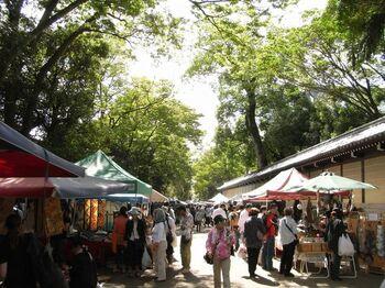 京都では、毎月定期的にお寺で縁日や骨董市が開かれます。骨董や古着など、和のアンティークも充実しています。着物でそぞろ歩くだけでも、いつもとは違った和のお店が気になったりして楽しいもの。