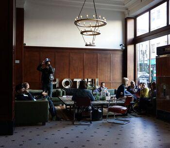 有名なホテルのロビーです。クラシカルな内装にビンテージ家具、ポートランドのアーティストたちのクリエイティブな作品が融合した新感覚なホテルとして、世界中にファンを増やしました。