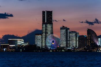 横浜ランドマークタワーや観覧車が目印の「みなとみらい21」。青とオレンジのグラデーションでより美しい景観が引き立ちますね。