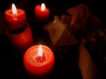 スイスやドイツでは、日曜日の午前中、お祈りの時にキャンドルに火を灯すそう。 キリスト教徒でないけれどもクリスマスをお祝いしたい!アドベントクランツを楽しんでみたい!という方は、アロマキャンドルなどお気に入りのキャンドルを使ってみてもいいかもしれませんね。