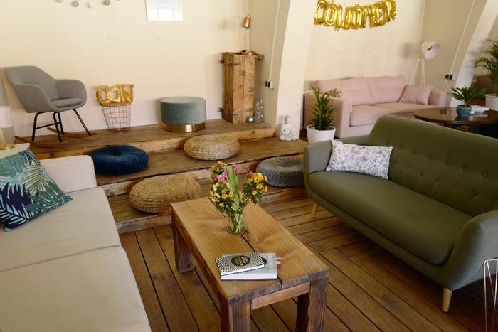 センターテーブルとコーヒーテーブルは、実は明確な違いがないんです。  ソファセットの真ん中に置く背の低いテーブルのことを「センターテーブル」、ソファの前に置く背の低いテーブルを「コーヒーテーブル」と呼びます。