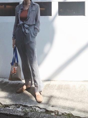 ギンガムチェックのジャンプスーツは、共布のリボンでウエストマークすると女っぽさを感じられる着こなしになります。トップスは前を開けてインナーに色をプラスし、ゆるっと着こなすのも素敵ですね。