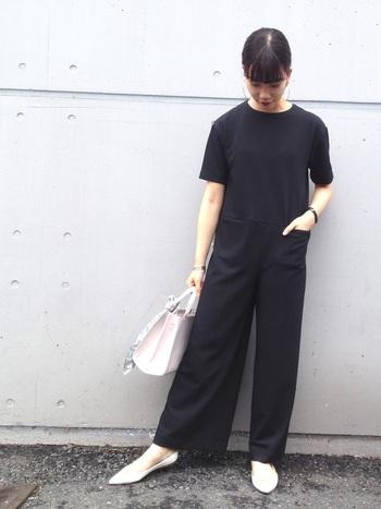 黒のジャンプスーツは、パンプスと合わせればオケージョンとしても着られます。アクセサリーをプラスし、より華やかなシーンにも対応可能◎。