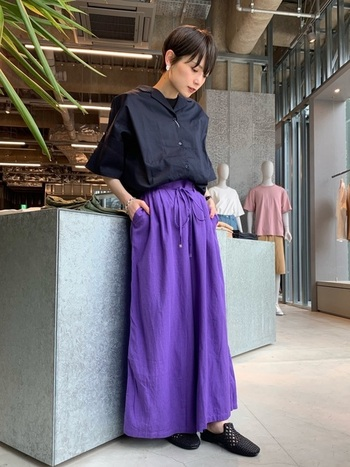 どんなコーデにも合うショートボブ。黒のオープンカラーシャツとパープルのロングスカートにも見えるワイドパンツを合わせ、大人っぽい雰囲気に。