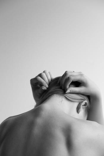 いつもと体調が違うと感じたり妊娠中は、ツボ押しを避けます。また、強く押しすぎると筋肉を痛めてしまいます。ツボの位置は人それぞれ微妙に違っています。ゆっくりと体の声を聞くようにしてツボを探りながら、優しく押してみましょう。