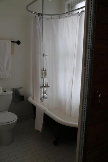 こちらはシャワールーム。バスローブも柔らかくて肌なじみの良い素材で本当にリラックスできるのだそう。はじめての空間はどことなく緊張感を感じるものですが、ビンテージならではの温もり感のあるホテルなので、第二のお家のような気分を味わえそうですね。