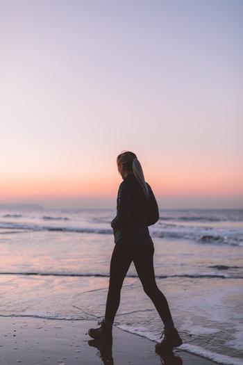 ウォーキングは、人の体温が最も高くなるとされる夕方が1番適していると言われています。反対に寝起きで体がカラカラに乾いている早朝のウォーキングは、心疾患や脳卒中を引き起こす原因になってしまいます。