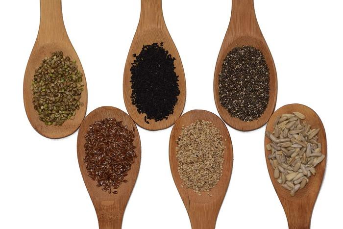 芳醇な香りでカレーを作る際の鍵になるのがクミンです。クミンはセリ科の一種でパウダー状のものとクミンシードという種子のものがあります。クミンシードはカレーで使う場合は、最初にじっくりと炒めて香りを出すことが多いです。カレー以外にも酢漬けのキャベツに加えたりすることもあります。 コリアンダーもセリ科の一種で、爽やかな風味と香りを出してくれるスパイスです。これらの芳醇なスパイスが組み合わさりオリジナルのカレーを作ることができるんです。なんとも奥深い!