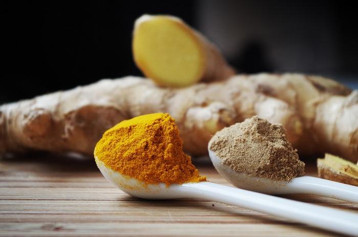 カレーの黄色を作り出すのがターメリックです。ターメリックは別名ウコンで生姜のこと。入れすぎると少々苦味が出るので要注意。