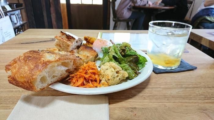 茨城から移住された方がオープンしたダモンテ商会というベーカリーカフェ。男木港から徒歩1分という場所に、築100年の納屋をDIYで改装してカフェとしてオープンしたそう。島でとれた野菜やイノシシなどを使った無国籍料理が人気です。