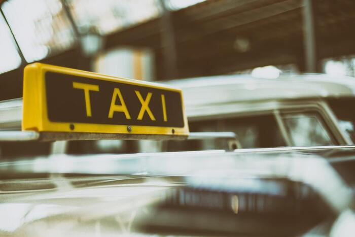 空港に着いたら、ホテルに向かうのにタクシーに乗らなくてはいけないことがほとんどですね。まず乗り場所を尋ねてみましょう。 「Where is the taxi stand?(タクシー乗り場はどこですか?)」