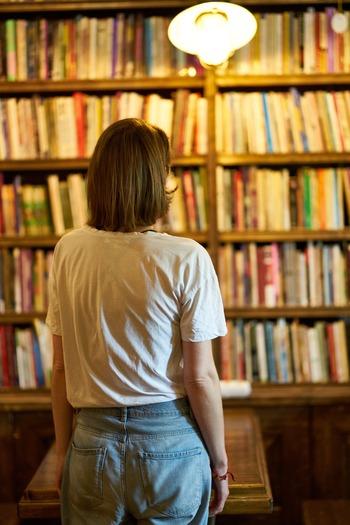 本棚に並んでいる光景そのものが積読本の効用だとすれば、どこに何があるかわからないような状態でいくら蔵書を増やしても、必要な本との二度目の出会いはまずやってきません。自分がどんな本を持っているのか、ちゃんと把握しておくことが積読本を活かす大切なポイントです。