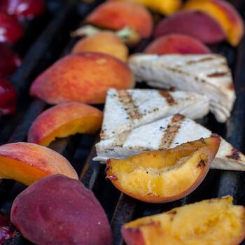 グリルドフルーツはとっても簡単!ただ果物に火を通すだけで作れちゃいます。オーブンやトースター、フライパンなどを使って、じっくり焼きましょう!甘味だけでなく香りも増して、お肉やお魚のお料理とも、とても相性が良いのです。