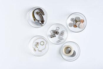 まるで 理化学用品のシャーレのような耐熱ガラスのケース。シンプルなクリアガラスのケースは、中身が見えるので小物整理にぴったり◎。どんなインテリアにも馴染み、蓋付きですのでホコリ避けができるところも便利です。
