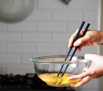 ニトリのシリコン製菜箸はシックなブラックがオシャレな雰囲気。少し重ためだけれど、使い慣れれば問題なさそう。