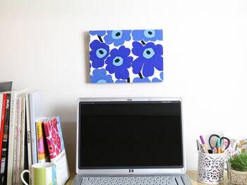 マリメッコといえば、やっぱり定番のUNIKKO(ウニッコ)柄は外せません。 ブルー系なら落ち着いた雰囲気になるので、初めてファブリックパネルを飾る人にもおすすめです。