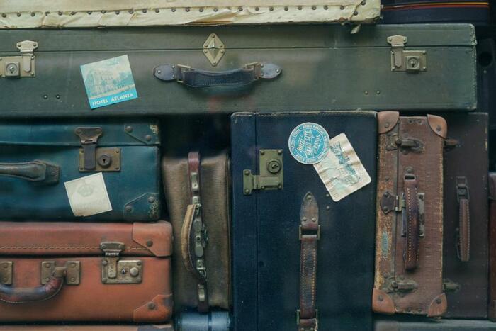 お土産をいっぱい買って、荷物がいっぱい!という時はフロントまで荷物を運んでほしいですよね。 「Could you bring my baggage down?(荷物を持って行ってもらえますか?)」