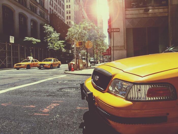ホテルにタクシーを呼んでもらいたい時は「Would you call a taxi?(タクシーを呼んでいただけますか?)」と聞いてみましょう。