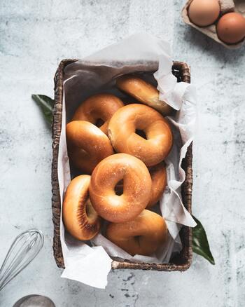 もっちりとした食感がおいしいベーグル。ベーグルとはパンの種類のひとつで、バター・牛乳・卵を使用せずヘルシー、ドーナツのようなリング状の形も特徴的ですよね。