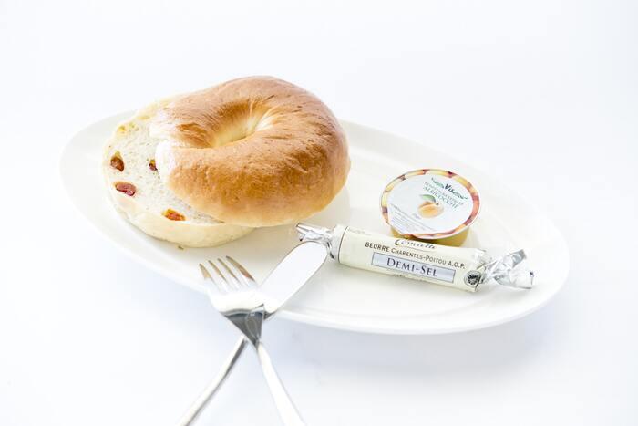 切ったベーグルにジャムやクリームチーズを塗って食べるも良し、野菜やハムなどをはさんでベーグルサンドとして食べるのも良し。朝食やブランチに、自宅で作りたてのベーグルを食べられたらいいと思いませんか…?