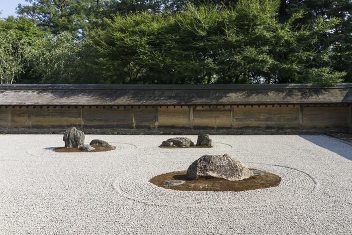 見る角度によって違った表情を見せる石庭で、静謐な時間を過ごし自分自身と対話したくなります。