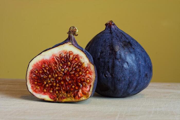 秋の味覚イチジク。大人っぽいシックな赤い皮に包まれて、中には果肉と種が詰まっています。ぷちぷち食感が伝わるような断面です。