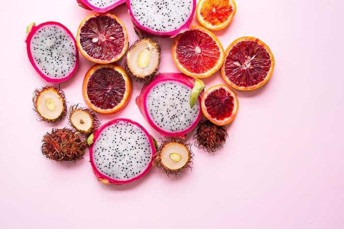鮮やかなピンクにトゲのような形。とっても個性的な見た目のドラゴンフルーツ。真ん中で切ってみると、中には白い果肉と黒い小さな種がドット模様のように詰まっています。