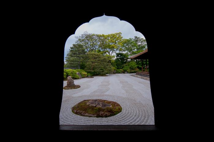 「方丈」の前庭である石庭「大雄苑(だいおうえん)」は、1940(昭和15)年に、中国の百丈山の眺めを模して造られたそうです。敷き詰められた白い石に描かれた波紋、凛とした空気が漂います。