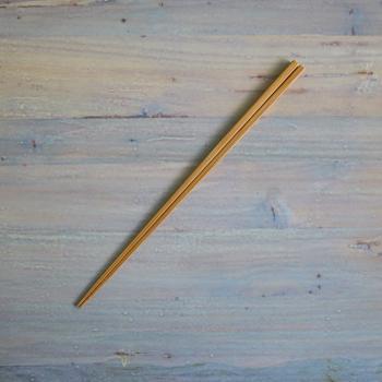 しなやかな竹製の菜箸は、断面が方形で先端には溝が施されています。細身の作りなので、繊細な作業もストレスなくこなせる。