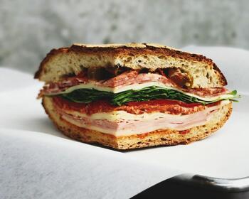 パンの形や切り口を変えると、また違ったお洒落さ。重ねられた野菜やベーコン、チーズがとってもきれい。