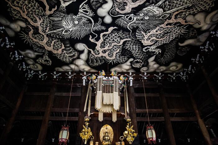 2002(平成14)年建仁寺創建800年を記念し、小泉淳作画伯作の法堂の天井画「双龍図」。2年の歳月をかけた108畳にも及ぶ水墨画です。