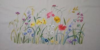 絵画のように細かく色彩豊かな刺繍や、なめらかなラインを描く刺繍など、幅広いバリエーションの刺繍が見られます。