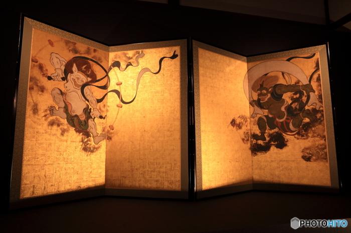 俵屋宗達の屏風画である国宝「風神雷神図」は、現在、建仁寺に展示している物は、複製作品です。 所蔵は建仁寺ですが、京都国立博物館に寄託しています。