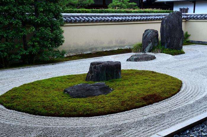 大徳寺山門の前に位置する「龍源院(りょうげんいん)」は、大徳寺で最古のお寺で、本堂は重要文化財に指定されています。 方丈北側にある「龍吟庭(りょうぎんてい)」は、洋々とした大海原を表した青々とした杉苔が見どころです。