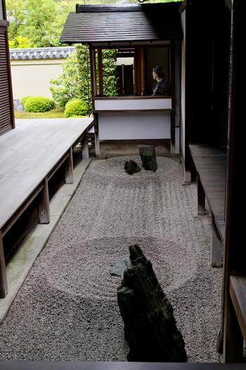 """方丈東側にある「東滴壺(とうてきこ)」は、日本最小の石庭。小さいながら、""""一滴の波紋が大海を生み出す禅の教えを表現""""しているそうで、底知れぬ深さを感じます。"""