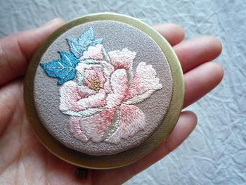 面で作られた美しい花と小さな小花は、ハンガリーのカロチャ刺繍にも通じる印象。身近なアイテムに取り入れることで特別な一品になりそう。