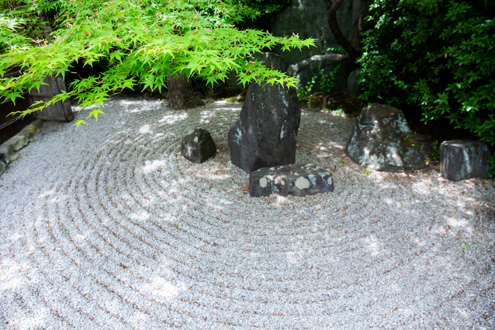 京都にある寺院の「枯山水」をご紹介してきました。砂や石のみを使って山水の風景を表現した、静寂の中でどんな自分と出会うことができるのでしょう。