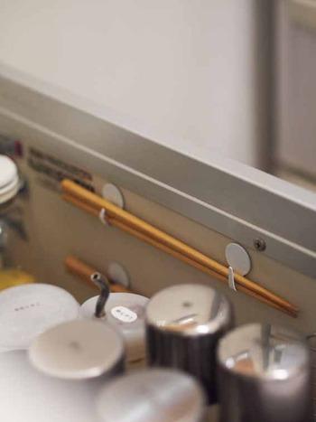 何本も用意しない菜箸だから、専用の小さなスペースを確保してしまうのもアイデアです。大きな引き出しのデッドスペースにフックを張り付けてDIY。