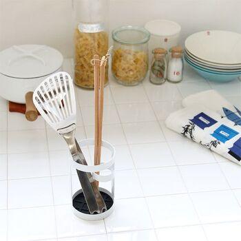 スッキリとしたツールスタンドは、安定感のあるデザインでフライ返しやお玉を指しても倒れません。内側の底には滑り止め付き。菜箸も広がらずに立てられます。