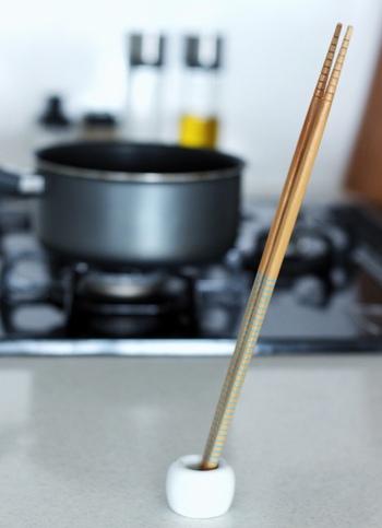 歯ブラシスタンドをキッチンで活用。重みがあるから菜箸だってお任せできます。置き場に困る調理中も便利そう。