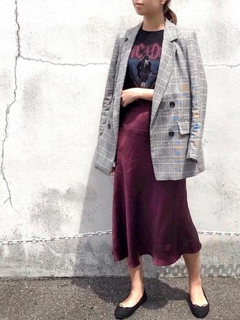 グレンチェックのジャケットやベルベット素材のスカートがエレガントな雰囲気のスタイリング。ハードなロックTシャツも、ジャケットのインナーとして着れば、程よいスパイスになってくれます。