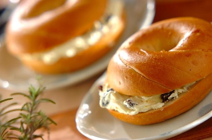 クリームチーズとラムレーズンの相性バツグンコンビ。ラム酒の香り豊かな大人味のベーグルです。
