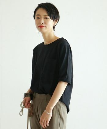 シンプルな「黒Tシャツ」で品良く引き締めて。夏の大人カジュアルな着こなしコーデ集