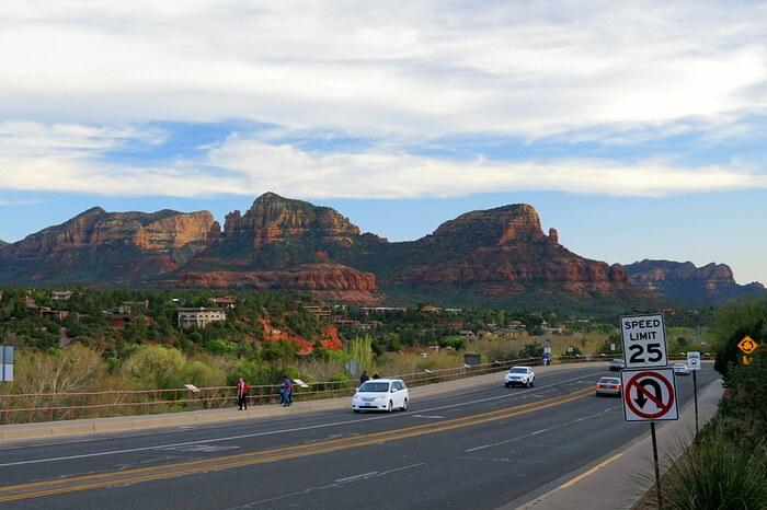 セドナは、アリゾナ州都フェニックスより北に車で2時間、グランドキャニオンより南に1時間半くらいの距離にあります。 空港は個人用セスナを持つ富裕層用のため、一般客向けの飛行機は残念ながらありません。観光客の大半は、ラスベガスやグランドキャニオン観光と組み合わせて、レンタカーやバスで移動します。