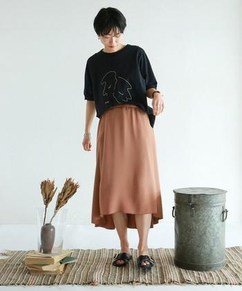 控えめなデザインを選べば、大人っぽく着こなせます。落ち感のあるミモレ丈スカートと合わせ、洗練された印象です。